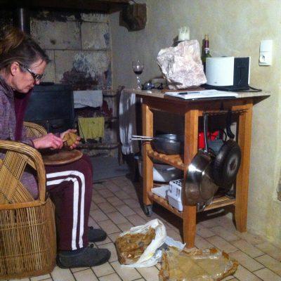 Kleimodel aan t boetseren in de keuken